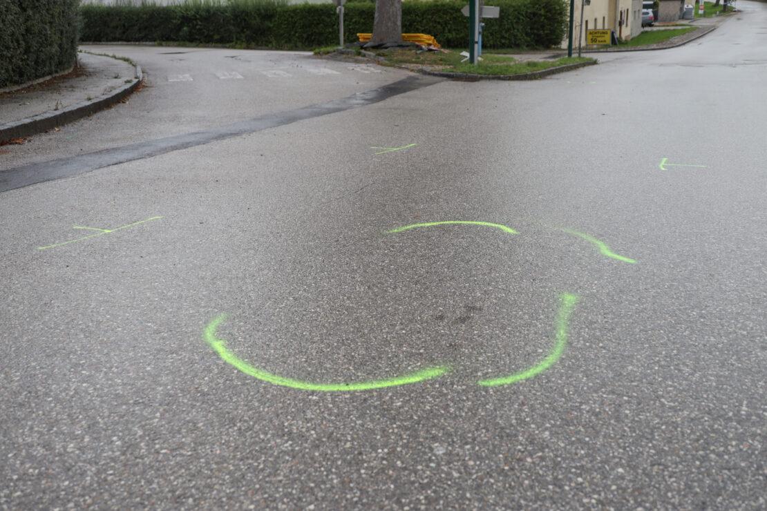 Zwei Schwerverletzte: Moped bei Unfall in Krenglbach von Auto erfasst und mitgeschleift