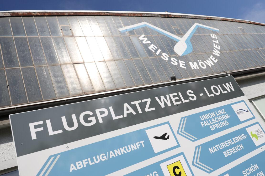 Flugschülerin bei Zwischenfall mit Traktor auf Flugplatz in Wels-Neustadt schwer verletzt