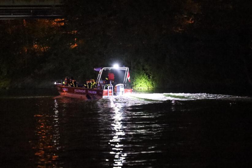 Nächtliche Personensuche mit Booten der Feuerwehr in der Traun zwischen Thalheim bei Wels und Wels