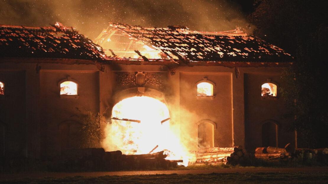 Strohlager in Vollbrand: Großeinsatz der Feuerwehren in Bad Wimsbach-Neydharting