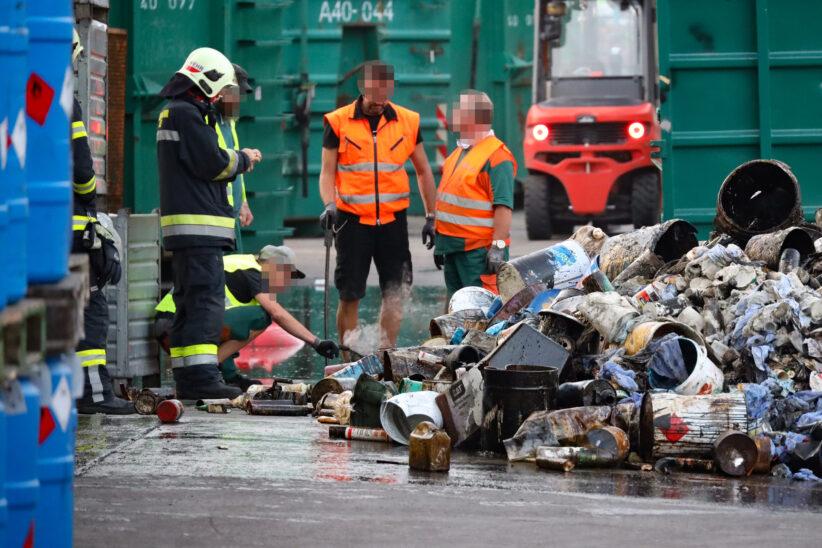 Brand in einem Abfallcontainer bei Entsorgungsbetrieb in Wels-Pernau führt zu Einsatz der Feuerwehr