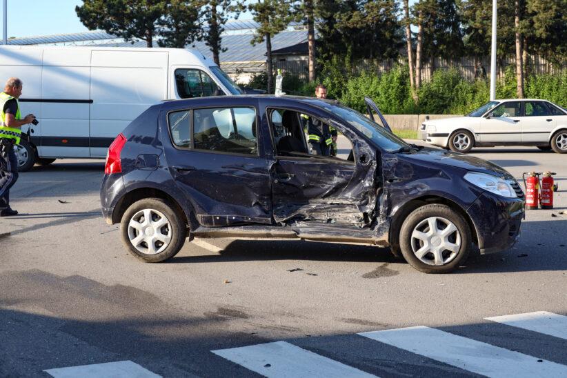 Kreuzungscrash auf Pyhrnpass Straße in Thalheim bei Wels mit Autoüberschlag fordert eine Verletzte