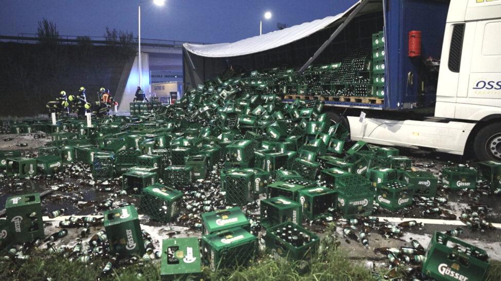 Bierkisten und Flaschen: LKW verlor im Kreisverkehr in Edt bei Lambach seine Ladung