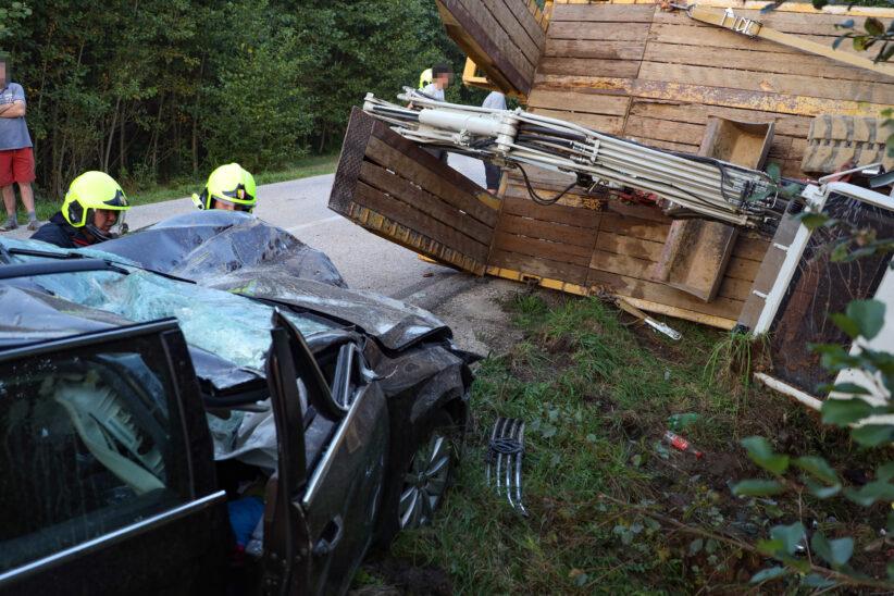 Fünf teils Schwerverletzte: Auto bei Unfall in Eberstalzell gegen Baggeranhänger gekracht