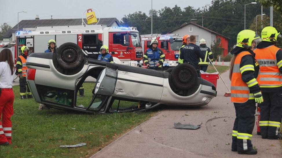 Verkehrsunfall mit Autoüberschlag in Marchtrenk endet glimpflich
