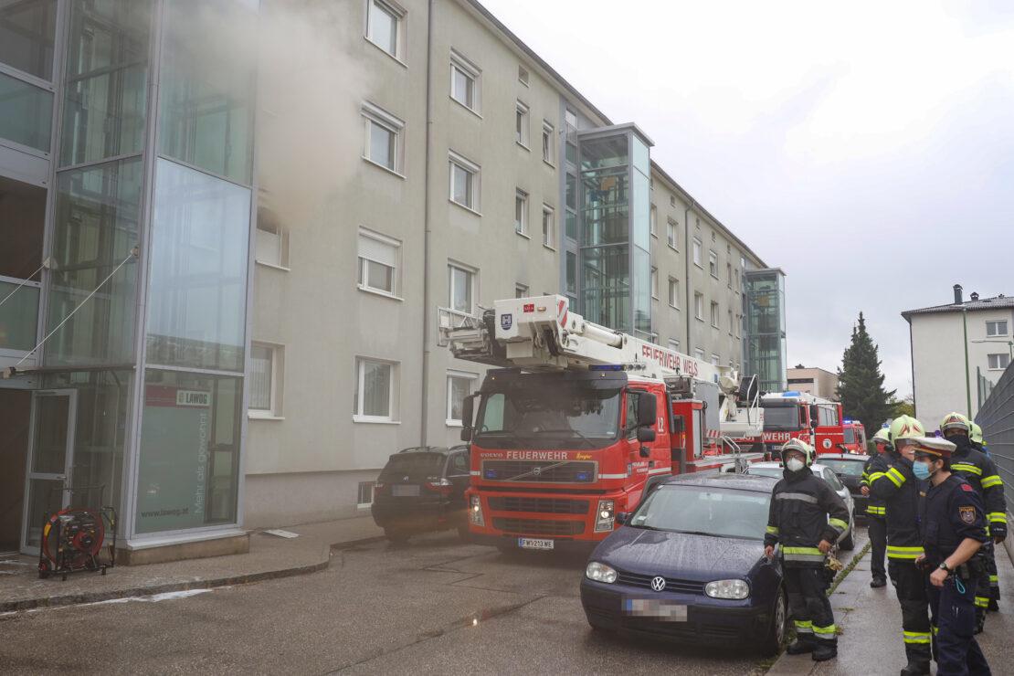 Vier Verletzte bei ausgedehntem Küchenbrand in einem Mehrparteienwohnhaus in Wels-Vogelweide