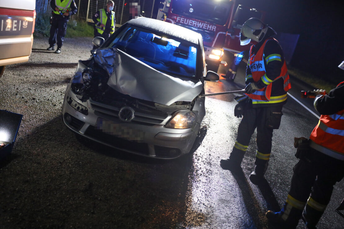Alkolenker crasht in Wels-Waidhausen gegen Anhänger