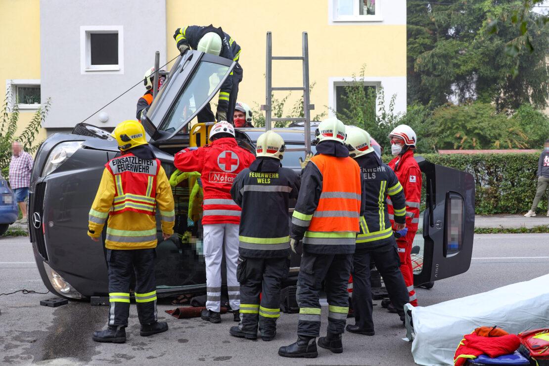 Menschenrettung nach schwerem Verkehrsunfall in Wels-Vogelweide