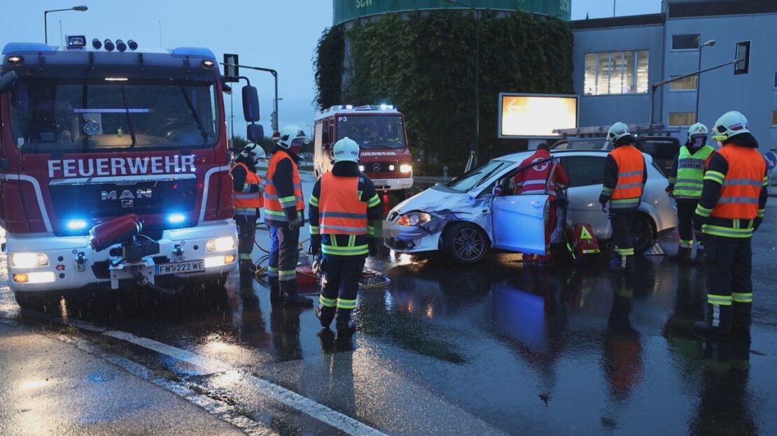 Schwerer Verkehrsunfall zwischen PKW und Transporter in Wels-Waidhausen