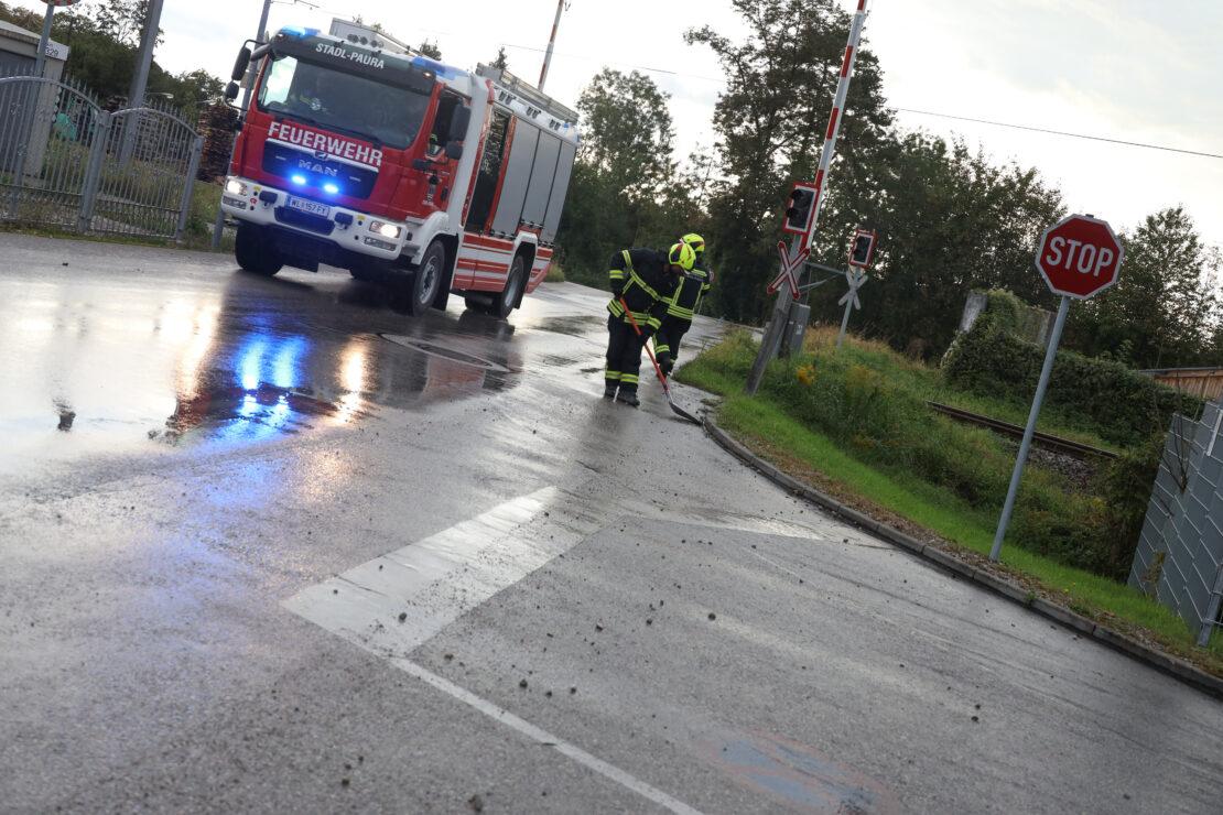 Betonmischwagen verlor auf Straße in Stadl-Paura größere Menge an Betonschotter