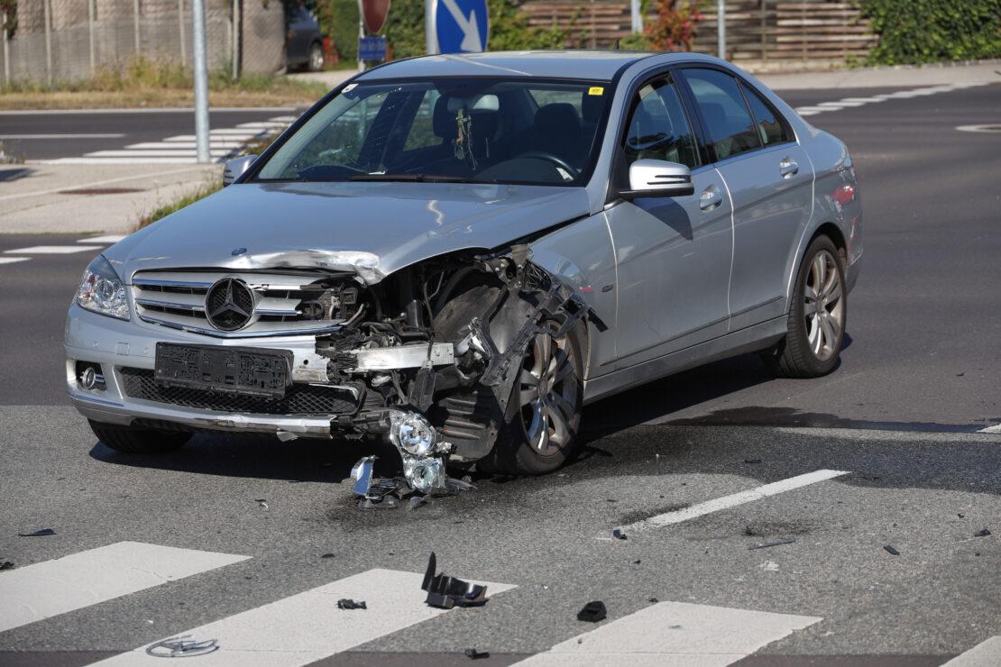 Heftiger Kreuzungscrash in Wels-Pernau fordert eine verletzte Person