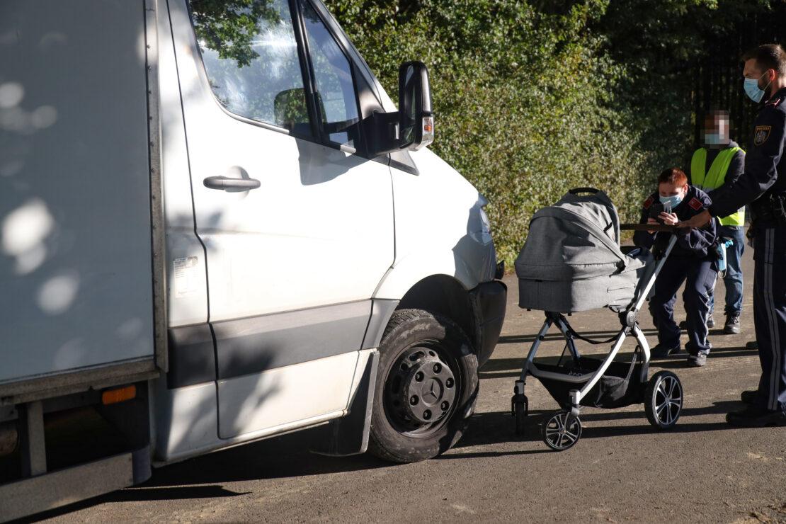 Baby und Oma verletzt: Klein-LKW kollidiert in Thalheim bei Wels mit Kinderwagen