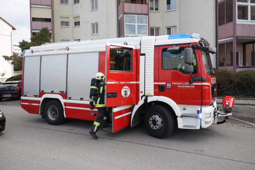 Einsatz der Feuerwehr bei Rauchentwicklung auf einem Balkon einer Wohneinrichtung in Wels-Vogelweide