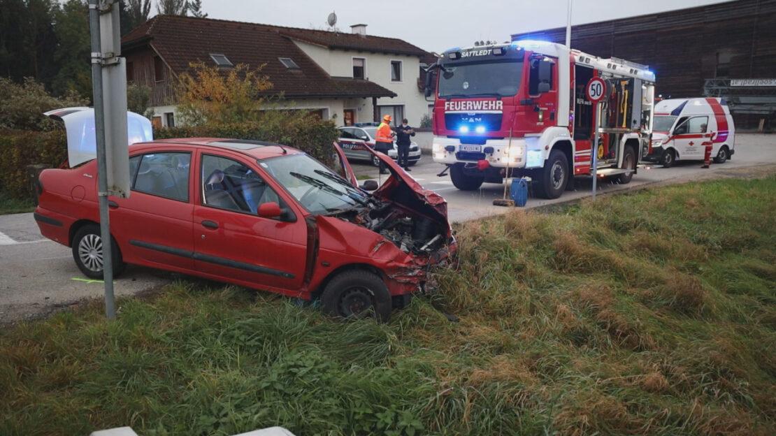 Vier Verletzte: Auto auf Bahnübergang in Sattledt mit Almtalbahn kollidiert