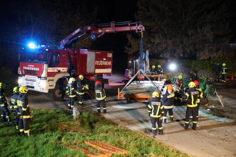 Traktor samt Baggeranhänger auf abschüssiger Straße in Schleißheim verunfallt