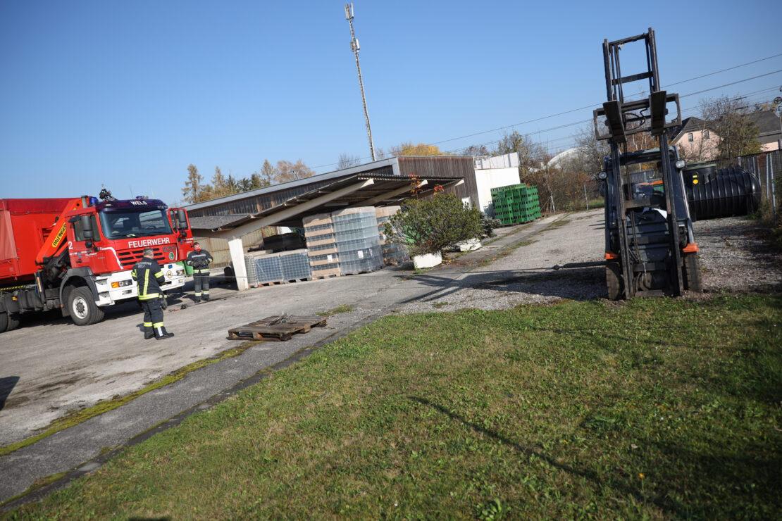Feuerwehr im Einsatz: Stapler auf Firmengelände in Wels-Vogelweide im Schotter eingesunken