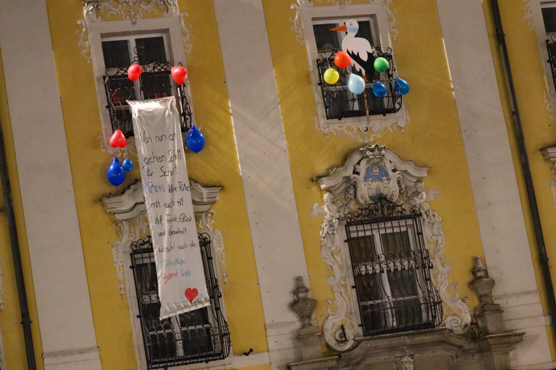 Storch am Welser Rathaus: Bürgermeister Andreas Rabl (FPÖ) wurde zum dritten Mal Papa