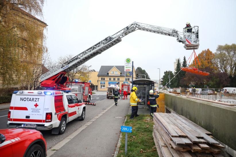 Personenrettung: Arbeiter in Wels-Innenstadt nach Sturz von der Leiter aus Baugrube gerettet