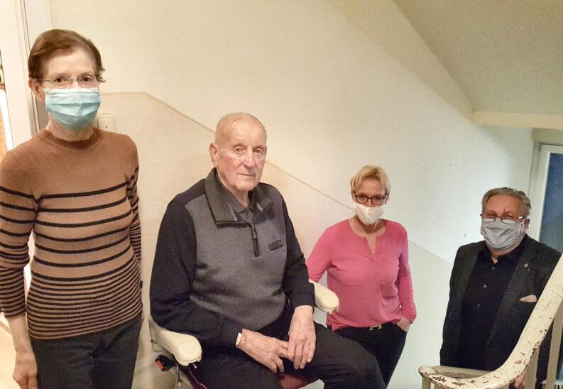 Schnelle Hilfe nach Schicksalsschlag: Lions Clubs ermöglichen Treppenlift für älteres Ehepaar