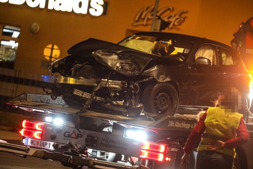 Unfallfahrzeug kracht nach heftigem Kreuzungscrash in Wels-Pernau gegen Ampel