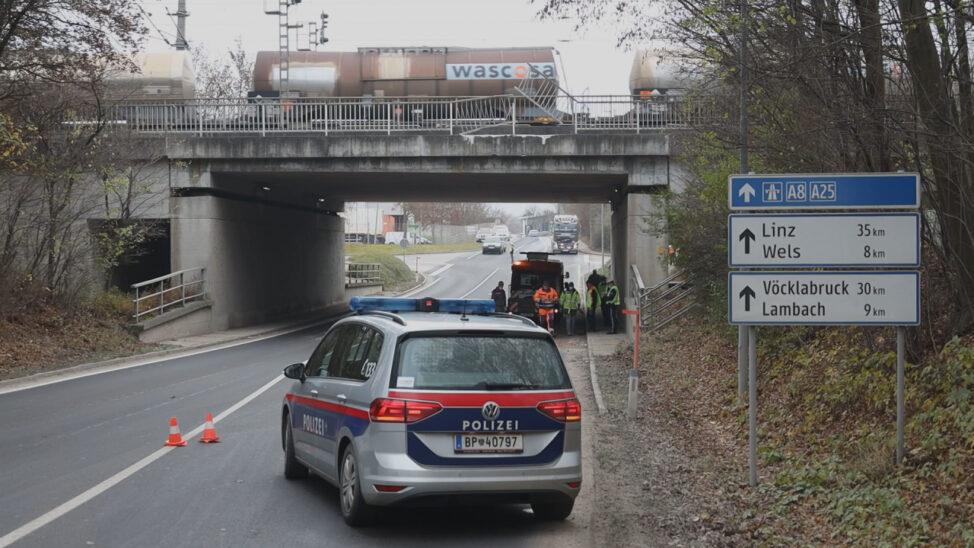 Unterführung beschädigt: LKW kracht in Gunskirchen mit Mulde gegen Begleitbrücke der Westbahnstrecke