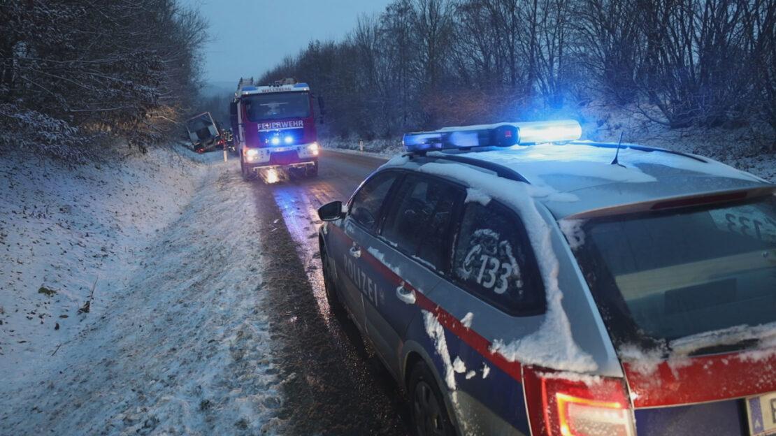 Winterliche Straßenverhältnisse: Traktor samt Anhänger bei Sattledt im Straßengraben gelandet