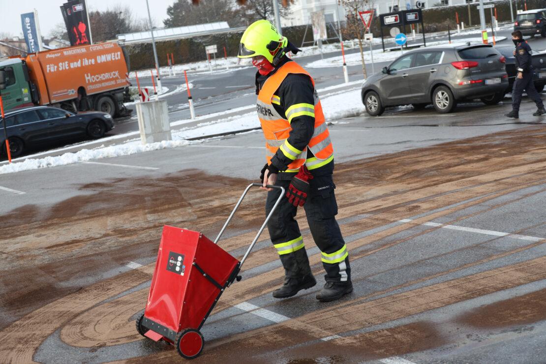 Massiver Dieselaustritt aus PKW führt zu Einsatz der Feuerwehr in Marchtrenk