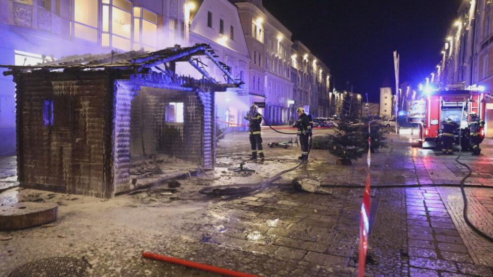 Hütte des Christkinds in Wels-Innenstadt samt Wunschzettel-Briefkasten in Flammen aufgegangen