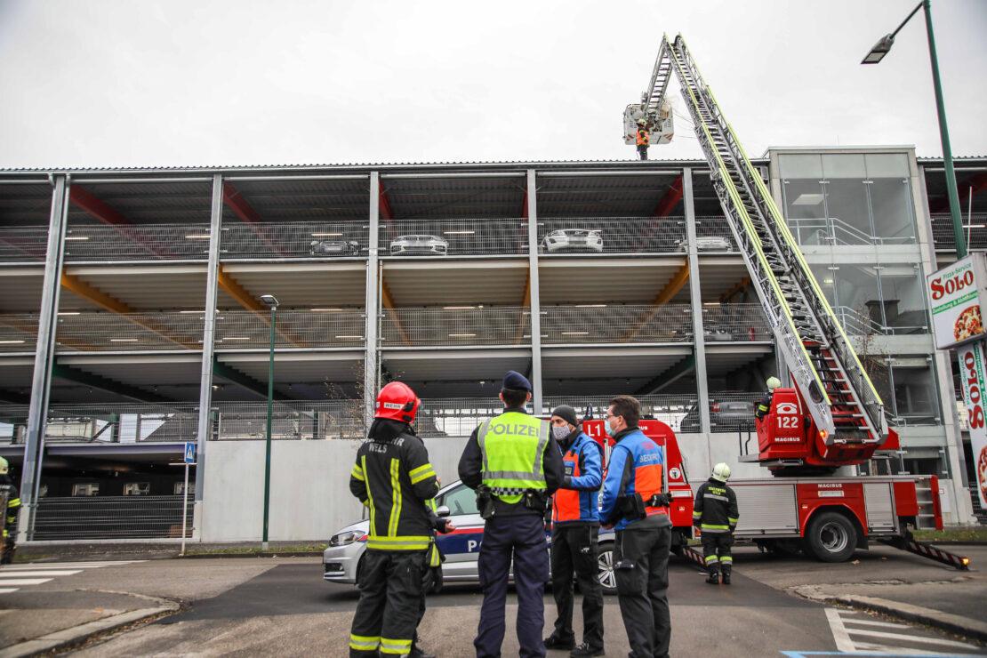 """Sturmeinsatz: Feuerwehr am Dach eines Parkhauses in Wels-Neustadt als """"Müllabfuhr"""" im Einsatz"""