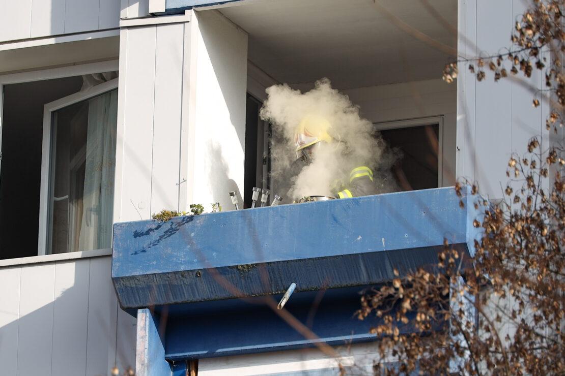 Einsatz in Wels-Lichtenegg: Kochtopf mit angebranntem Kochgut durch Feuerwehr auf Balkon gebracht