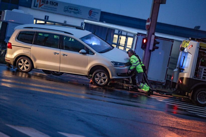 """Auto """"verweigerte"""" nach Sachschadenunfall auf Wiener Straße in Marchtrenk den Abtransport"""