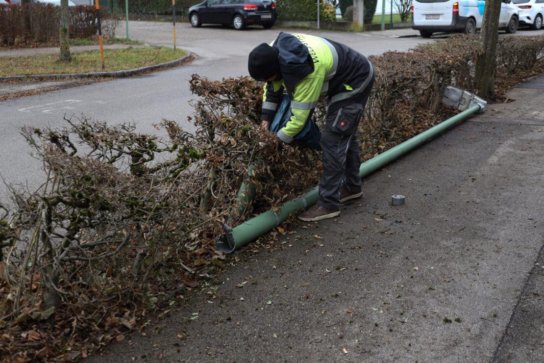 Feuerwehreinsatz: Straßenbeleuchtung hing nach Unfall in Wels-Neustadt über Gehweg