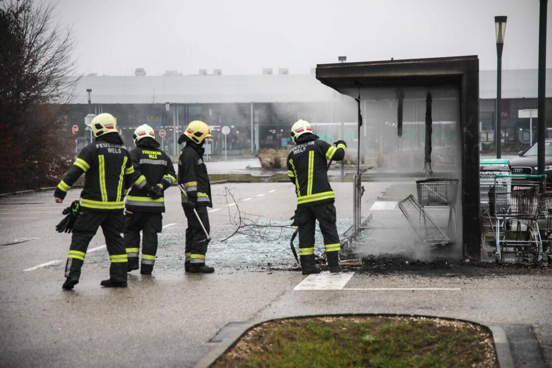Brand in einer Parkbox für Einkaufswagen bei Einkaufszentrum in Wels-Schafwiesen