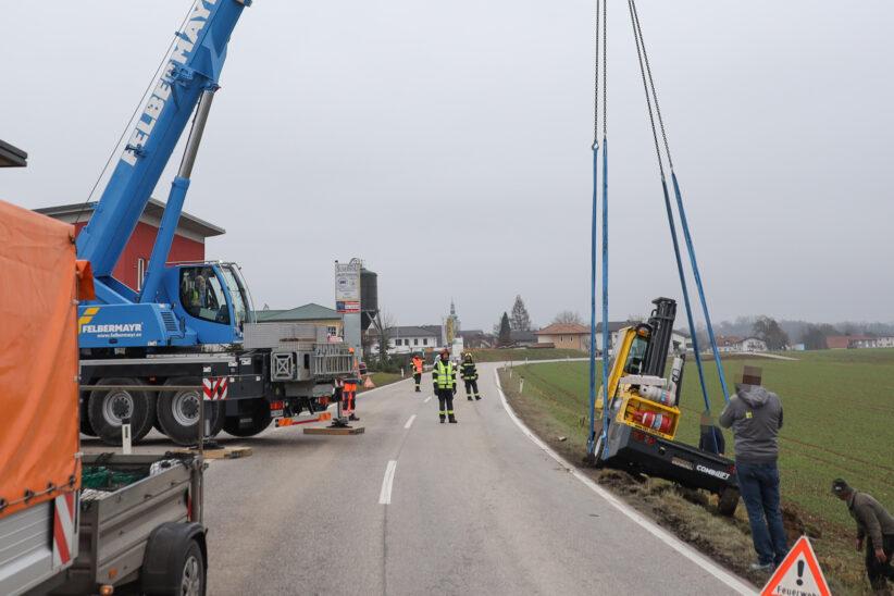 Schwerlastkran bei Bergung eines verunfallten Staplers in Steinerkirchen an der Traun im Einsatz