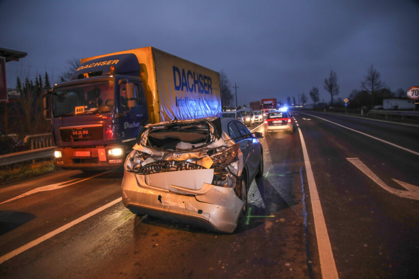 Heftiger Auffahrunfall zwischen LKW und PKW auf Wiener Straße in Marchtrenk