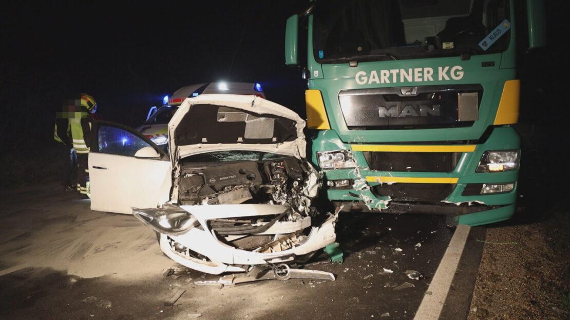 Schwerer Verkehrsunfall zwischen LKW und PKW auf Wiener Straße in Edt bei Lambach