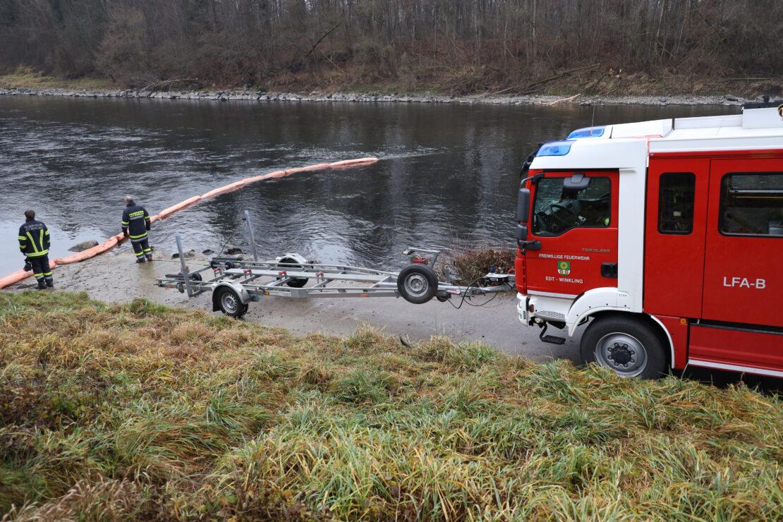 Feuerwehr nach Austritt von Hydrauliköl auf der Traun im Einsatz