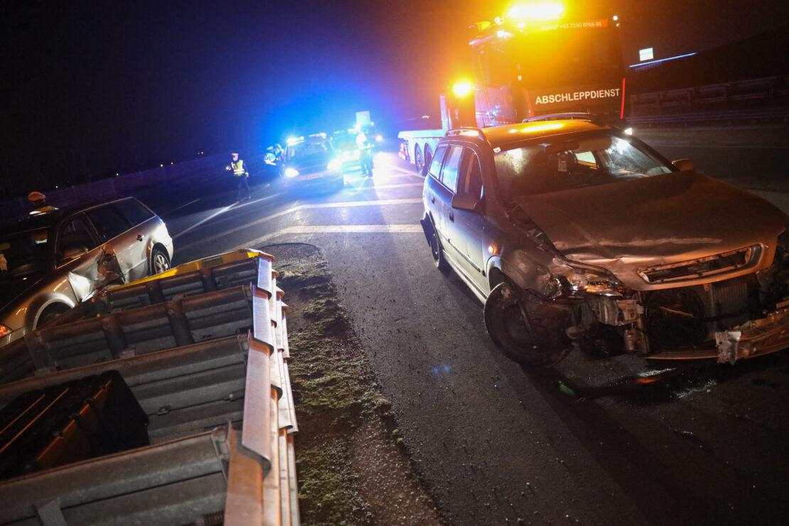 Blechsalat und Leichtverletzte: Serienunfall mit mehreren Fahrzeugen auf Innkreisautobahn in Wels