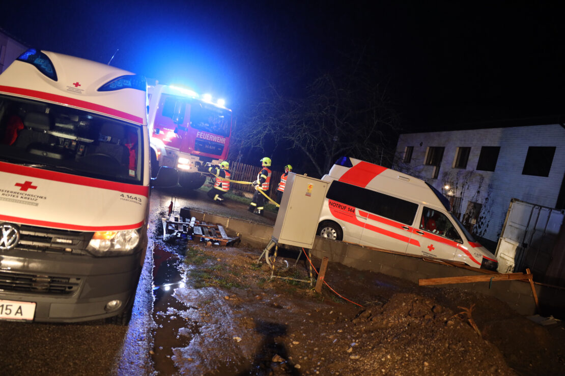 Festgefahrene Situation: Feuerwehr zog in Marchtrenk Rettungsauto aus aufgeweichtem Boden