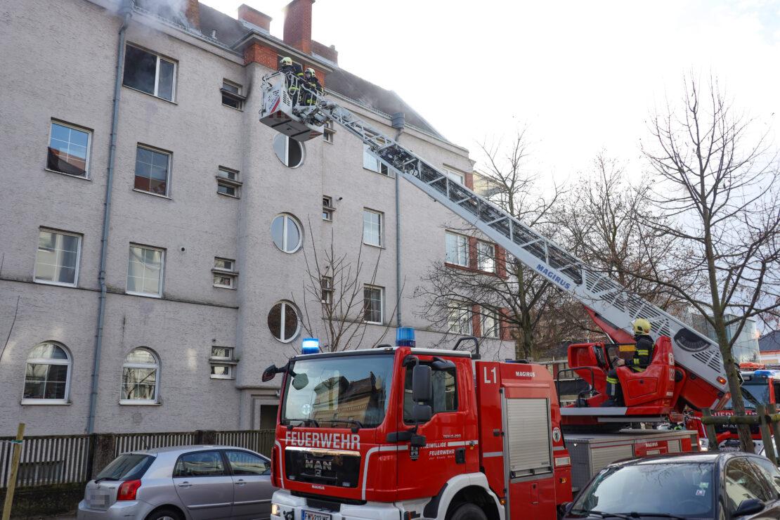 Person bei Wohnungsbrand in Wels-Innenstadt durch Feuerwehr aus Brandwohnung gerettet