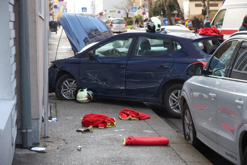 Reanimation: Autolenker nach internem Notfall in Wels-Innenstadt gegen Autos und Hausmauer gekracht