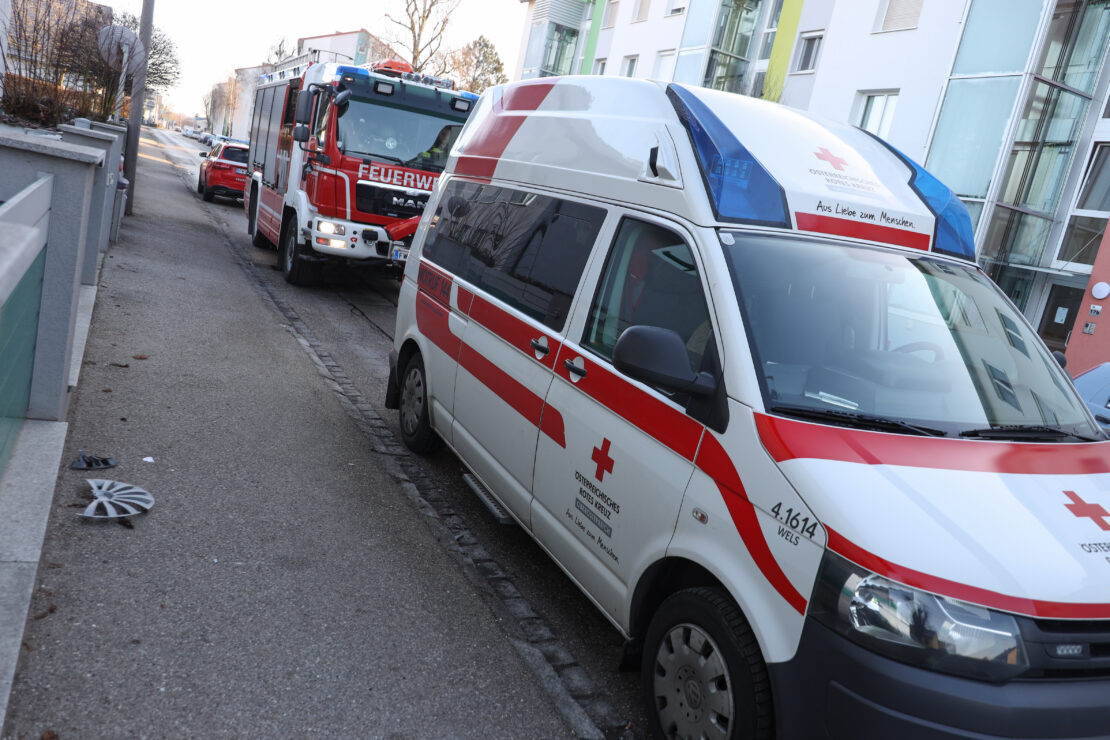 Unterkühltes Kind führte Einsatzkräfte zu vorangegangenem Brand in einer Wohnung in Wels-Vogelweide