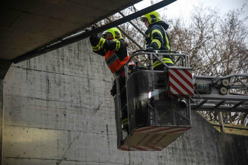 Feuerwehr rückte lockerem Winkel bei Unterführung in Marchtrenk mittels Winkelschleifer zu Leibe
