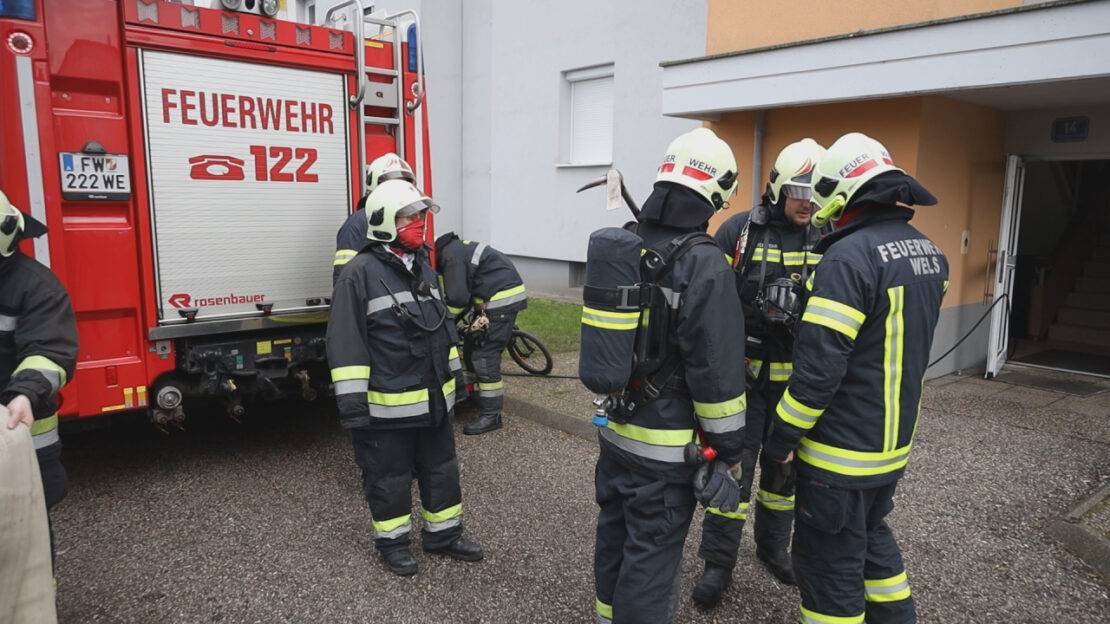 Brandstiftung: Feuerwehr bei Bränden in einer Wohnhausanlage in Wels-Vogelweide im Einsatz