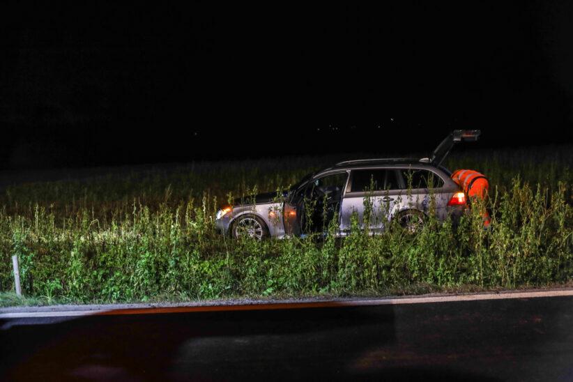 Auto bei Holzhausen von Fahrbahn abgekommen und im Feld gelandet