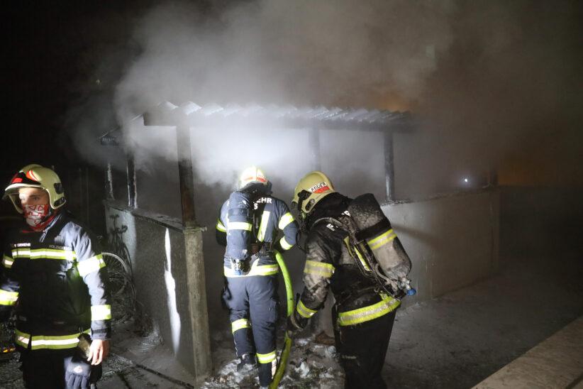 Brände: Müllinsel und Abfallcontainer in Wels-Lichtenegg in Brand gesteckt