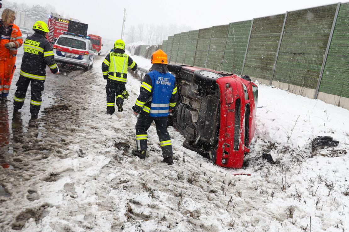 Winterliche Straßenverhältnisse: Kleinbus auf Welser Autobahn bei Marchtrenk umgestürzt