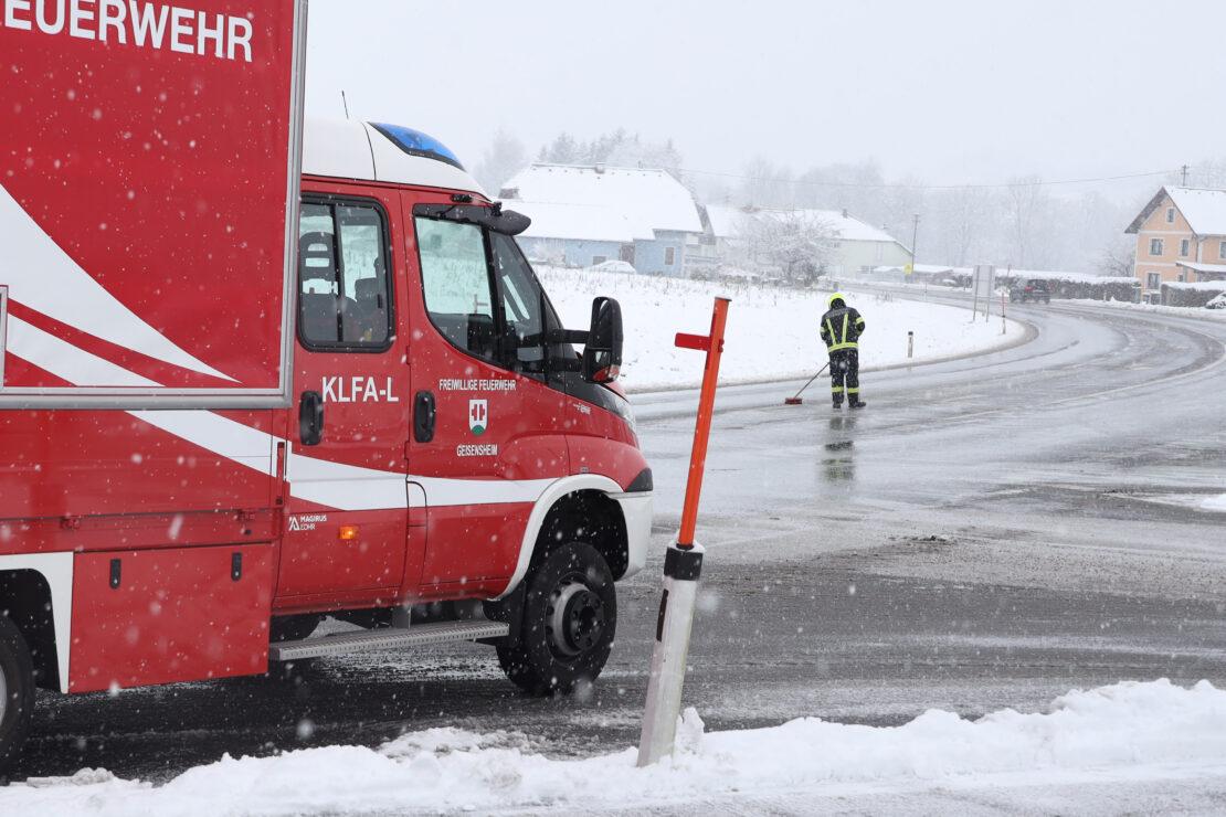 Ölspur auf Schneematsch in Pichl bei Wels sorgte für Einsatz der Feuerwehren