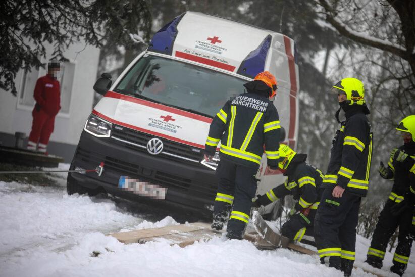 Rettungsfahrzeug bei Hofzufahrt in Marchtrenk im Schnee und Matsch festgefahren