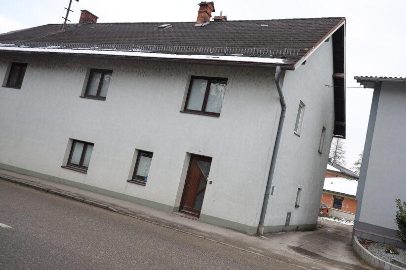 Feuerwehr musste in Bad Wimsbach-Neydharting Bestatter nach Todesfall Weg durch Wohnhaus freiräumen